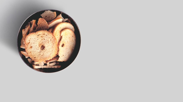 灰色の背景で隔離のライトの下で乾いたパンのスライスのクローズアップビュー。