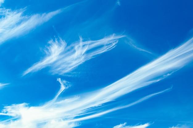 自然の表面の空の嵐でふわふわの雲。雨が降る前の危険。