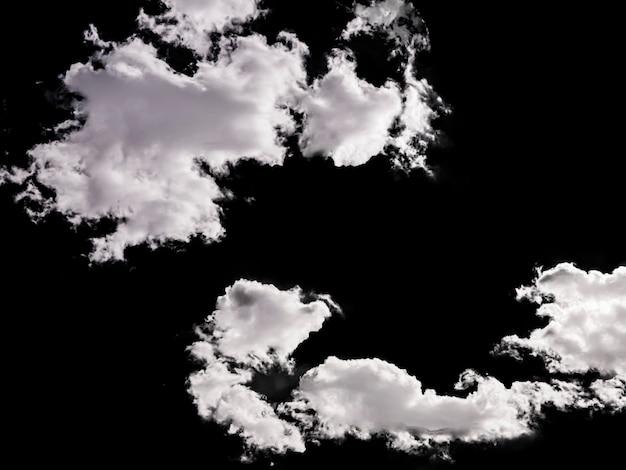 黒の背景に分離された荒天のいくつかの雲と曇り空