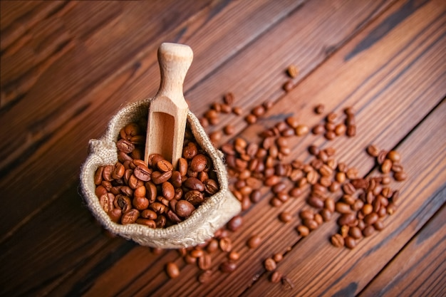 木製の背景にコーヒー豆のバッグ