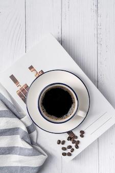 白い台所のテーブルの上のコーヒーカップ。朝食にコーヒーカップアメリカーノコーヒー。上面図、コピースペース