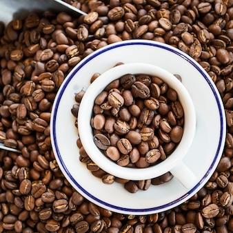 ローストコーヒー豆入りコーヒーカップ