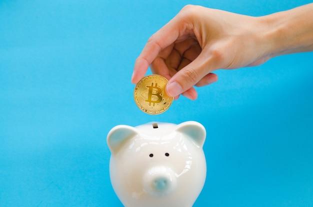 Монета в деловом человеке. концепция цифровой валюты cryptocurrency.