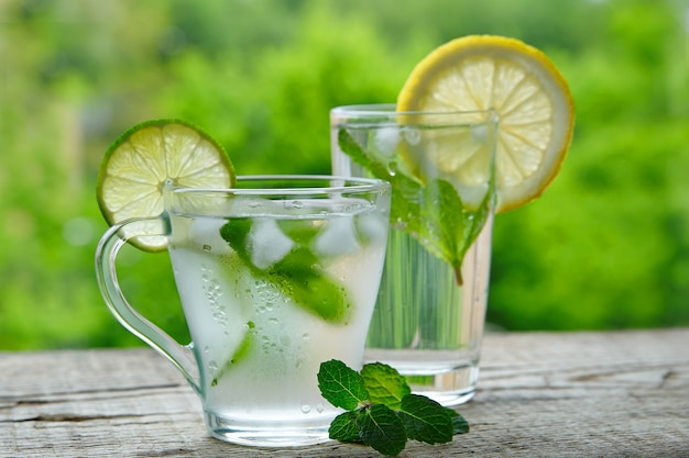 レモン、ライム、ミントのアウトドールで作られた冷たい飲み物