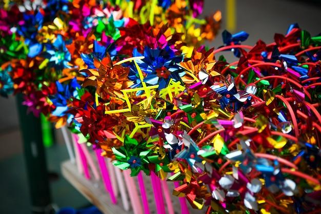 ショーウィンドウにあるカラフルなおもちゃの風車のコレクション。子供のための娯楽