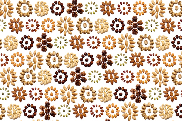 아몬드, 호두, 개암, 피스타치오, 캐슈로 만든 견과류 모음은 격리 된 흰 벽에 원 모양 또는 태양 모양으로 놓여 있습니다. 다양한 견과류 패턴
