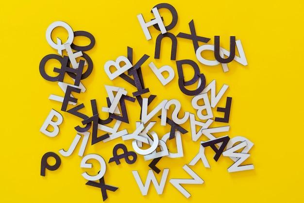 평면 누워 개념 위에 무작위로 잘라 문자 알파벳 추상의 컬렉션 집합