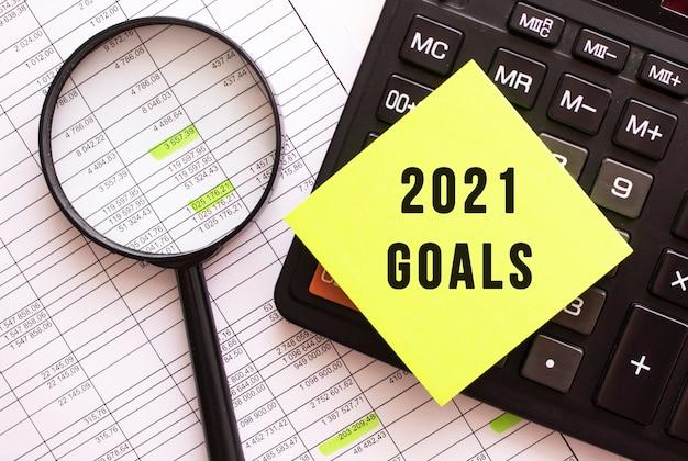 2021 goals 텍스트가있는 컬러 스티커가 계산기에 있습니다.