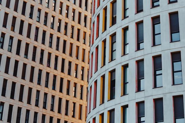 복사 공간과 전문적이고 미니멀 한 외관을 갖춘 다채롭고 대칭적인 건물