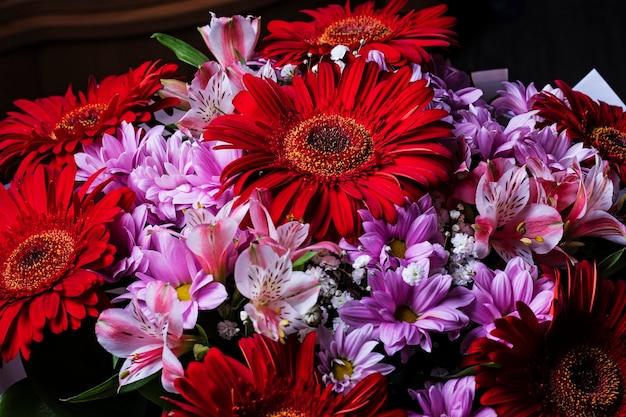 夏の花で作られた女の子のためのカラフルな花束。