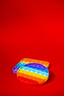 다채로운 새로운 실리콘 게임 클로즈업이 회전합니다. 모든 연령대의 어린이를 위한 장난감이 터집니다. 근접 팝업 장난감입니다. 선택적 초점, 얕은 피사계 심도. 안티 스트레스 개념
