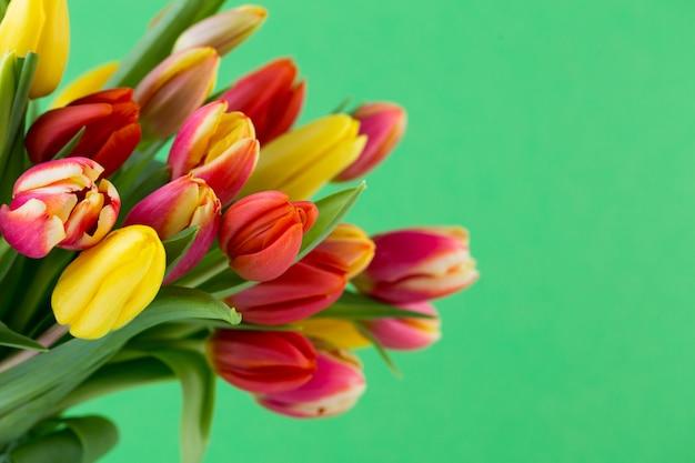 Красочная весенняя поздравительная открытка с цветами