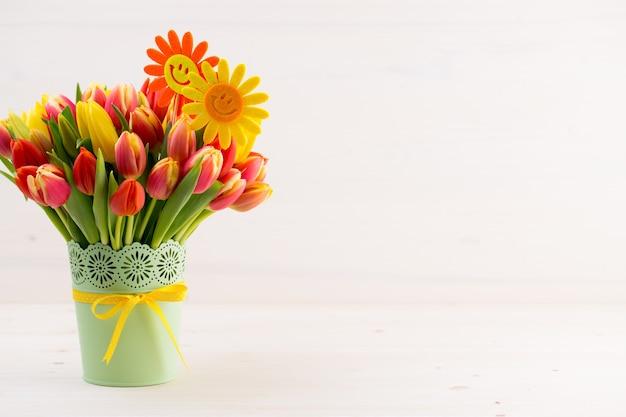 花が咲く色とりどりの春
