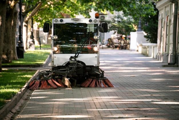 Компактная стиральная машинка на городской улице, подметальная машина.