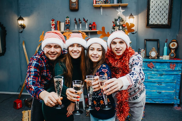 カーニバル衣装を着た4人の会社が新年を祝います。