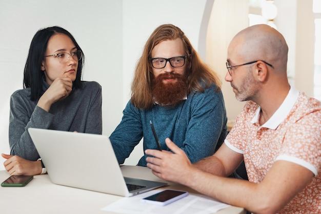Компания людей разговаривает во время работы