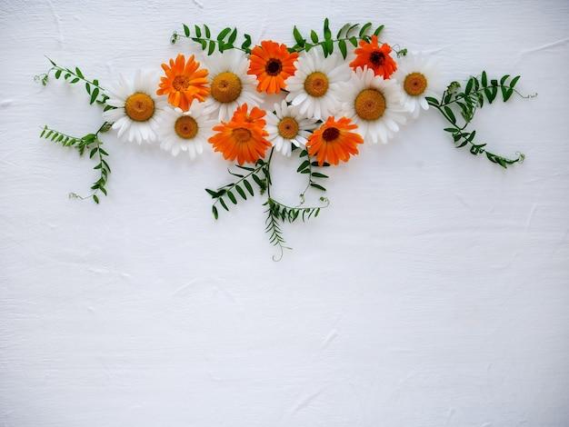 밝은 나무 배경에 꽃의 구성