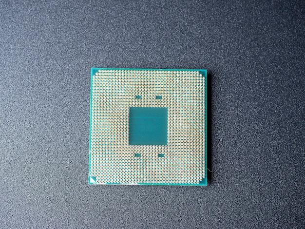 어두운 배경에 숟가락이 많은 컴퓨터 프로세서. 평면도, 평면도. 컴퓨터 또는 랩톱의 중심 구성 요소