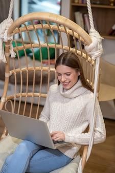 仕事中にラップトップを使用して集中している女性