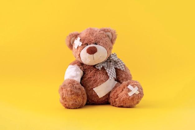 痛みと病気の問題の概念、包帯で包まれたテディベアのおもちゃ、事故による怪我