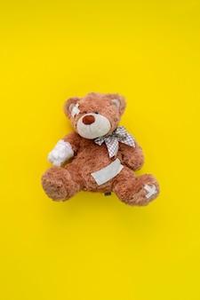 痛みと病気の問題の概念、包帯で包まれたテディベアのおもちゃ、事故による怪我 Premium写真