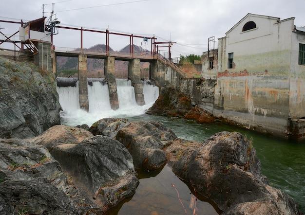 Бетонная плотина чемальской гэс на горной реке