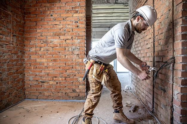 建設電気技師が修理中に電圧ケーブルを切断します。