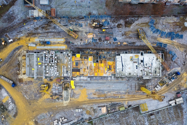 黄色いタワー建設用クレーンのある建設現場