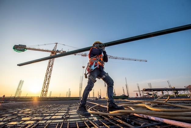 Строитель на строительной площадке