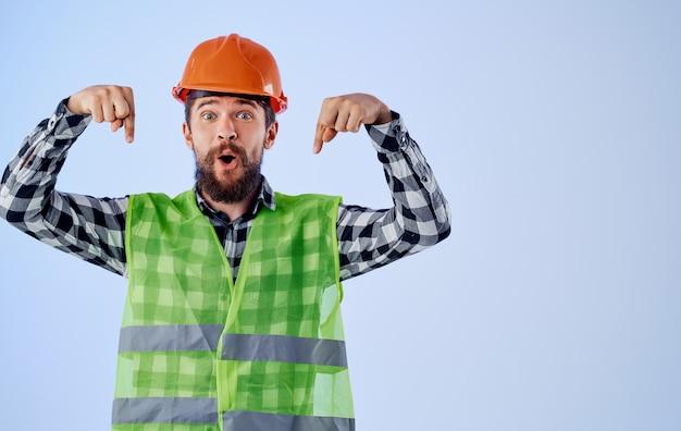 헬멧에 건설 노동자는 그의 손과 반사 조끼로 몸짓