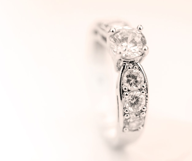 Современное кольцо с бриллиантами, изолированных на фоне старинных.