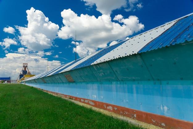칼륨 광석을 가공 공장으로 운반하기 위한 수 킬로미터 길이의 컨베이어