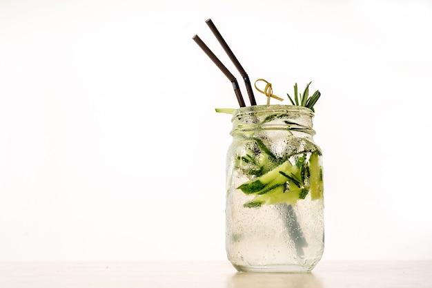 Прохладный напиток мохито на белой стене стола