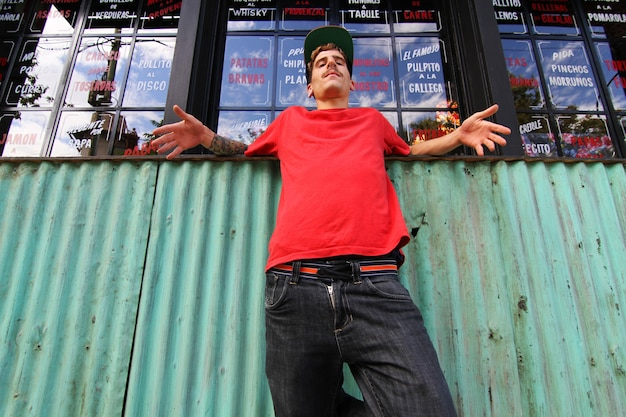 Крутой танцор хип-хопа отдыхает в пригороде.