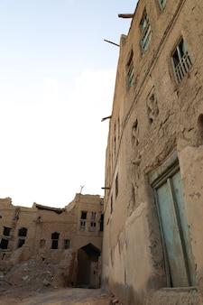 オマーン国の古代の泥の家の間の回廊