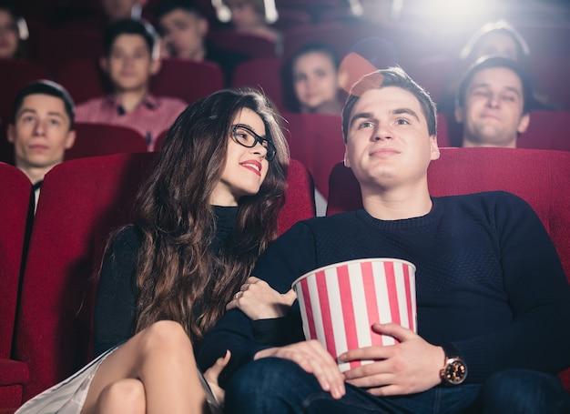 Влюбленная пара в кинотеатре