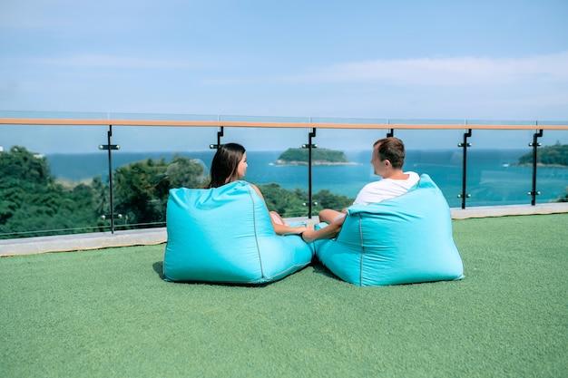 사랑에 빠진 부부는 발코니에 베개에 앉아있다