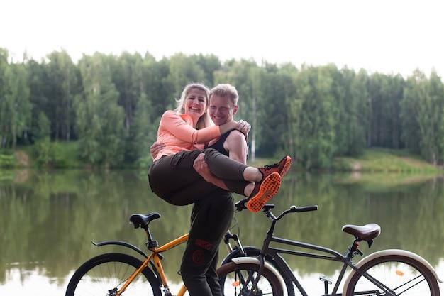 川沿いの自転車で恋をしているカップル