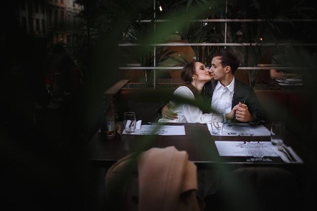 カフェに座っている愛のカップル