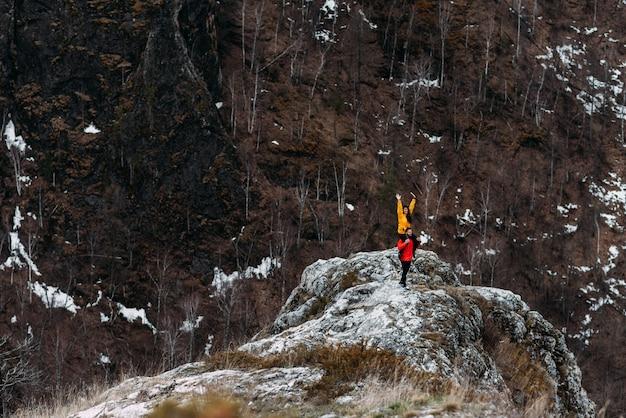 山を旅行する愛のカップル。男と女の旅行。山で休んでいるカップル。スポーツに関わる男女。山に登る。