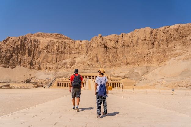 観光からエジプトへの帰りにルクソールのハトシェプスト女神葬儀寺院のカップル