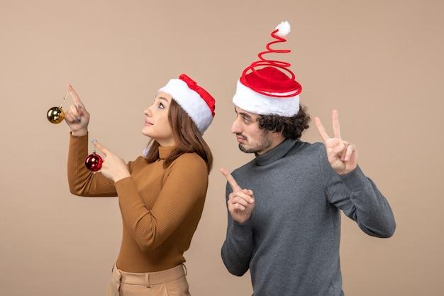 クリスマスツリーの横にカップルが立っています
