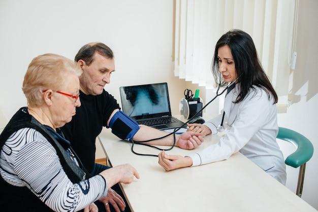 Пара пожилых людей проводит медицинское обследование в медицинском центре. медицина и здравоохранение
