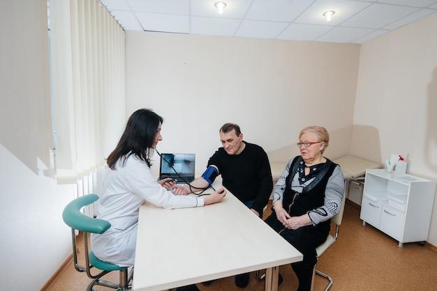 Пара пожилых людей проводит медицинское обследование в медицинском центре. медицина и здравоохранение.