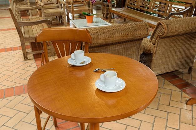 テーブルの上の孤独なコーヒーのカップル。
