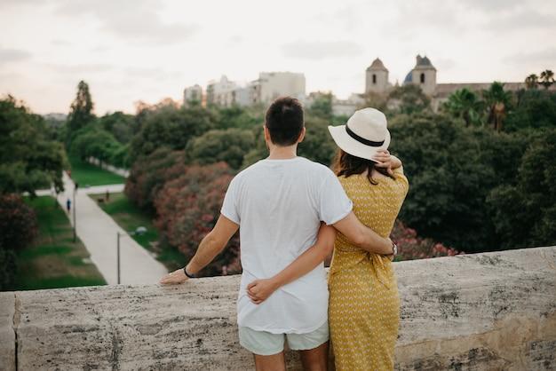 Пара туристов наслаждается видом на парк вечером в валенсии.