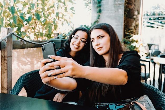 二人が笑顔で自撮りしている女性