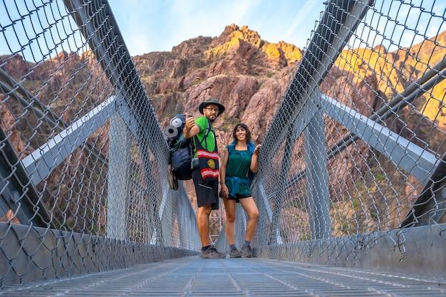 Пара на реке колорадо на мосту на тропе брайт энджел в гранд-каньоне. аризона