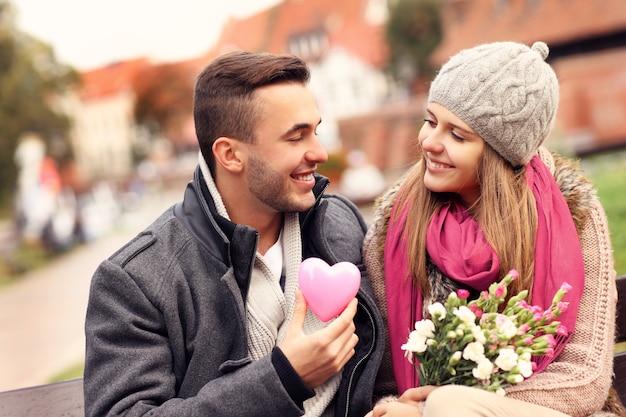 花と心のある公園でバレンタインデーのカップル