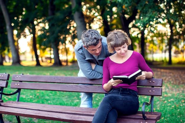 Книга чтения пар в парке. концепция людей, образа жизни и отношений
